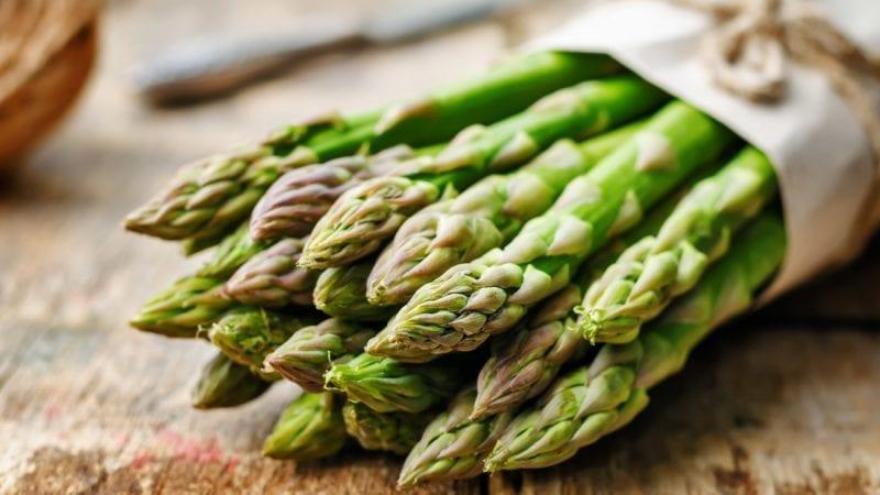 Perché la pipì puzza dopo aver mangiato gli asparagi? Quali altri cibi provocano lo stesso odore?