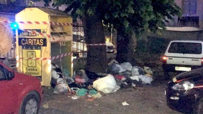Cerca di prendere vestiti da cassonetto: bambino di 10 anni muore schiacciato