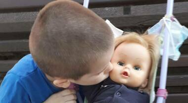 """""""Non si gioca con le bambole"""". A 6 anni risponde: """"Non sono una mamma, sono un papà"""""""